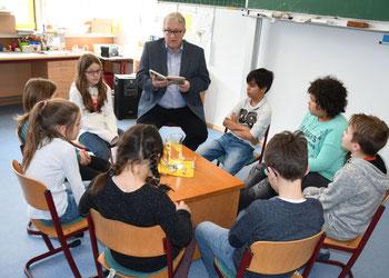 Gomadingens Bürgermeister Betz liest den Kindern vor.