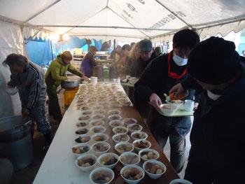 寄せられた多くの支援物資とカンパで炊き出しが行なわれた