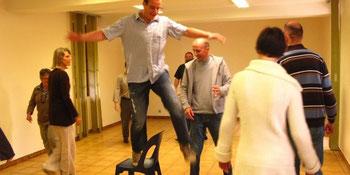 Xavier Vanderhaegen, au centre et au pied de la chaise, anime les ateliers d'impro © PHOTO DR