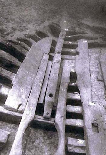 L'épave in situ. Au premier plan l'évidement semi-circulaire aménagé entre deux serres pour accueillir le corps de pompe de cale (cl. A. Chéné, Institut d'études méditerranéennes, Aix-en-Provence)