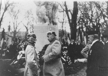 Paul von Hindenburg im Gespräch mit Gen.Lt. v. Weller. Einweihung des Denkmals für die Gefallenen der Universität, 23.11.1924. Städtisches Museum Göttingen