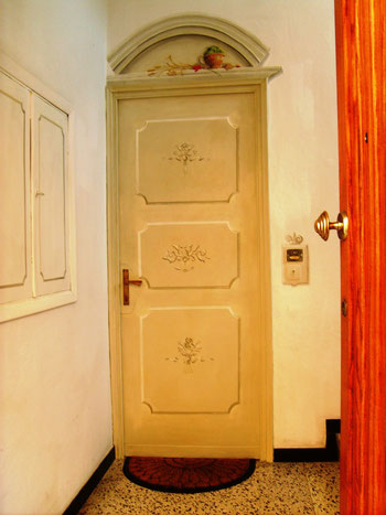 Travo (PC) - porta d'ingresso dipinta