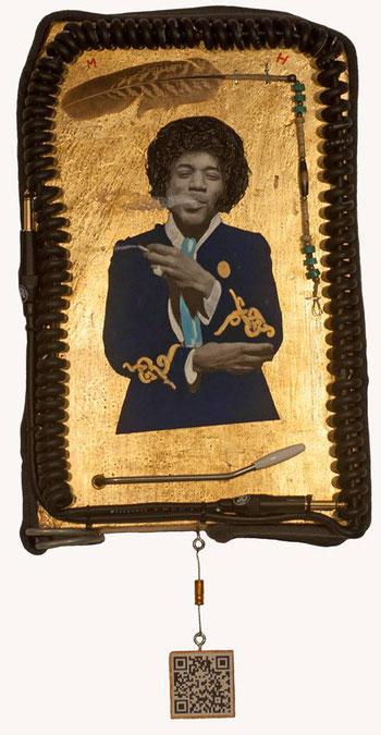 JIMI HENDRIX  Castagno, foglie d'oro, carta, acrilici, cavi jack chitarra, filo per cucire, piuma ornamentale Nativi America, leva vibrato Fender Stratocaster,  cintura militare, diodo, chiodi, resina epossidica. QRCODE  Per questa composizione è stato us