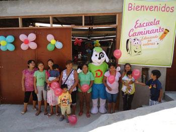 Erster Schultag 2013 - Mütter vor dem neuen Schulgebäude