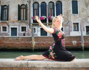 #yogaeverywhere - Yoga im Sommerurlaub in Venedig, Italien - Yoga Pose Godha pitham - Der Salamander - Copyright Tanja Schöffmann Yogalehrerin Samastah Yoga