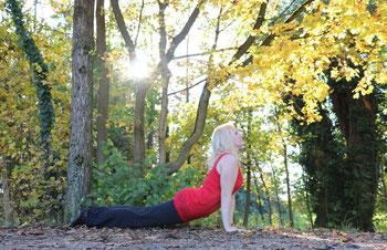 Yoga geht auch draußen #yogaeverywhere - Urdhva Mukha Shvanasana oder der nach oben schauende Hund. Yoga im Herbst im wunderschönen Park von Schloss Blutenburg in München - Copyright Tanja Schöffmann Yogalehrerin Samastah Yoga