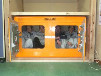 模擬押し入れで津波シェルターを体験(4)