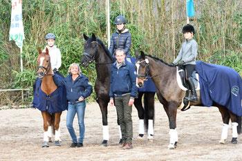 Chiara Deppe (links) mit den zwei anderen Gewinnern und Katrin + Hermann Bender