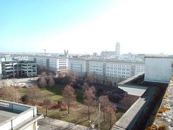 Blick auf den Ulrichplatz, umringt von sog. Stalinbauten; im Hintergrund Hundertwassers Grüne Zitalle und rechts daneben der Dom