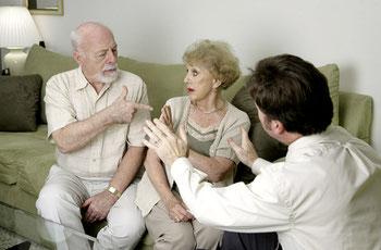 Scheidung im Alter? Die geschiedene Rentnerin soll auf eine lebenslängliche Rente Anspruch haben, die über den Tod des Ex-Mannes hinausgeht.