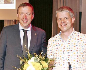 Landrat Christian Heinrich-Jaschinski (links) und Ulf Lhemann bei der Verleihung der Kulturpreise 2016 des Landkreises Elbe-Elster am 17. Februar 2017