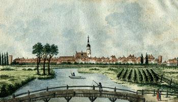 Auf dem Aquarell, im Vordergrund die Kaxdorfer Knüppelholzbrücke, sieht man die Stadt von Norden aus. Gut zu erkennen sind die Klosterkirche mit einem Kreuz auf dem Westgiebel links neben der Stadtkirche und die Reste des Schliebener und des Torgauer Tort