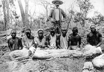 Werner Janensch mit seinen Trägern im damaligen Deutsch-Ostafrika.