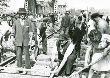 Wiederaufbau der zerstörten Elsterbrücke