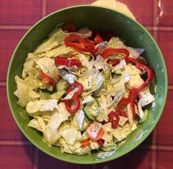 Spitzkohlsalat in einer Schale auf einer karrierten Tischdecke