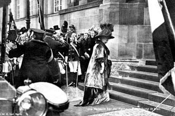 Abb. 8 - Rathauseinweihung: Das Kaiserpaar trifft ein