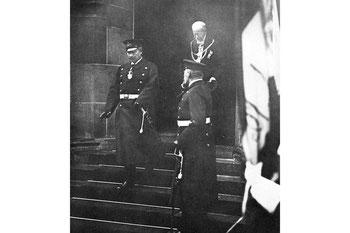 Abb. 18 - Rathauseinweihung: Der Kaiser verlässt das Rathaus