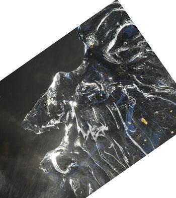Eisskulptur am Bach - Frost und Eis verwandeln fliessendes Wasser in lebendige Motive