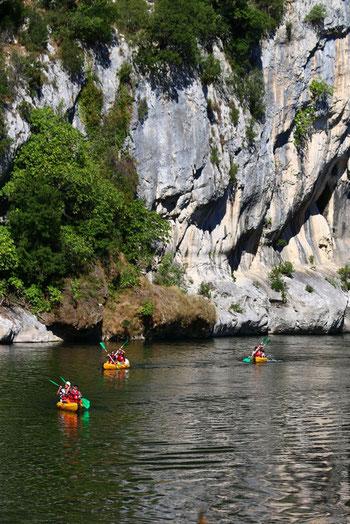 En canoë kayak dans la Réserve naturelle des Gorges de l'Ardèche