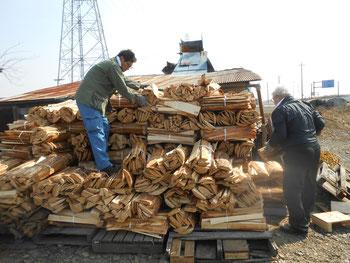 武州熊谷ひみこ窯で薪を運ぶ小林夢狂とHiroshiMochida先生