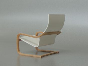 Freischwinger hergestellt aus einnem Stück, Sitzfläche und Rückenlehne miteinander verbunden und das Gestell wurde Formverleihmt