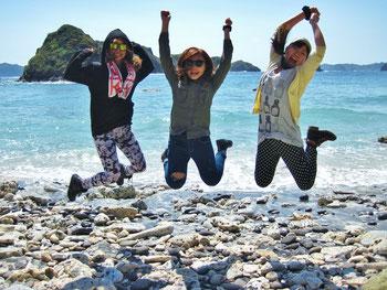 南崎の海岸でジャンプ