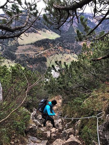 seilversicherter steiler Abstieg vom Weitlahnerkopf