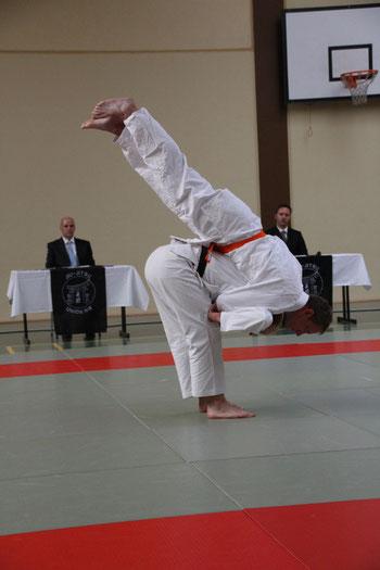 Demonstration einer Wurftechnik in der Kata