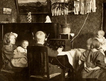 Diese Familie hört ganz genau hin. Bestimmt, weil die Schlagzeilen neu sind. Foto von Flickr.com, Britt-Marie Sohlström