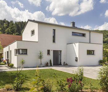 Die schweren Wände eines in Hauses aus Mauerwerk bauen Temperaturspitzen spürbar ab. (Foto: Massiv mein Haus/Gerhard Ringlein)