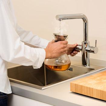 Die Heißwasserarmatur liefert sofort heißes Wasser. So sind Tee und Fertigheißgetränke im Handumdrehen verzehrbereit.  Foto: AEG Haustechnik