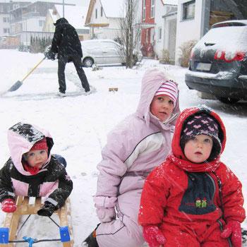 """Schnee - für die einen ein Riesenspaß, für die anderen eine lästige Pflicht: Im Winter müssen Hausbesitzer """"ihre"""" Gehwege räumen. Foto: Schwäbisch Hall"""