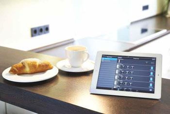 Morgendliche Routine: Wenn die Kaffeemaschine den Wachmacher automatisch vorbereitet, sind Energieschub und gute Laune garantiert. Foto: Hager Vertriebsgesellschaft
