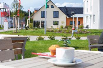 19 hochmoderne Musterhäuser, Kaffee und Snacks warten auf die Besucher der FertighausWelt Nürnberg. Foto: BDF
