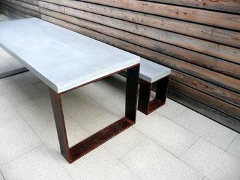 Beton und Flachstahl: Die Knecht manufaktur realisiert - wie hier für Gartenbank- und Tisch - jeden gewünschten Materialmix.