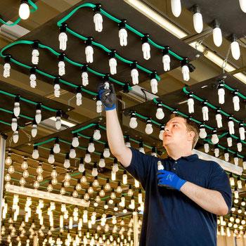 """Der sogenannte """"Leuchtenhimmel"""" im Prüflabor in Garching b. München ist einer der größten seiner Art weltweit. Hier werden Leuchtmittel hinsichtlich ihrer Lebensdauer einem Dauertest unterzogen. Foto: TÜV SÜD"""