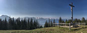 Am Gipfelkreuz vom Schwarzenberg