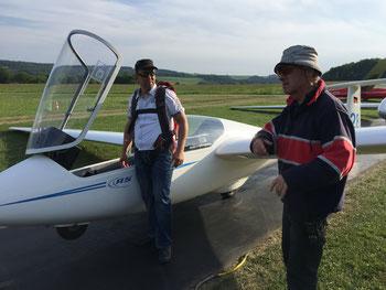 Foto: Paul Heesel  - Letzte Hinweise vor dem Start durch Fluglehrer Bernd van der Mühlen für den Euskirchener. Andreas hat sein Ziel erreicht: er darf ab jetzt alleine fliegen.