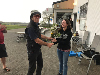 Bernd van der Mühlen gratuliert seiner Flugschülerin Jessica Schiffer