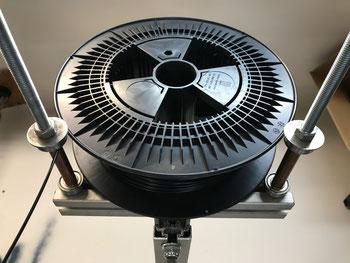 3kg Filamentrolle auf kugelgelagerter Aufnahme am 3D Drucker von B&M Maschinenbau GmbH