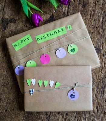 Geschenkverpackung aus Packpapier, verziert mit selbstgerechter Girlande.