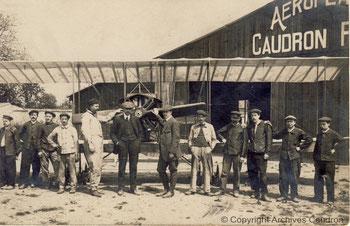 Les frères Caudron et les mécaniciens à l'usine de Rue