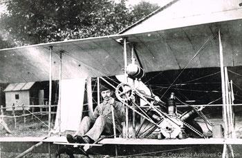 Gaston Caudron aux commandes d'un prototype en Juin 1909 à Romiotte