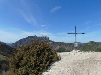 Marienköpfl Gipfelkreuz, dahinter die Drachenwand