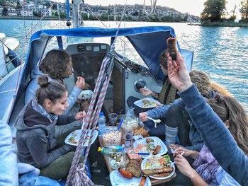sailingzuerich.ch, segelschule, zürichsee, firmen events, richterswil, stäfa, segeln, zuerich, einzelunterricht, gruppenkurse, auffrischungskurse, segelkurs, grillen, bbq, essen auf dem see