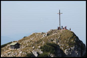 Der lt. Wikipedia 1800, 447 m hohe Westgipfel der Benediktenwand mit Gipfelkreuz. Der Ostgipfel  ohne Kreuz  ist übrigens 13 Zentimeter höher.