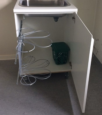 affaldssorteringssystem bestående af affaldsstativer til køkken på en udtrakskinne