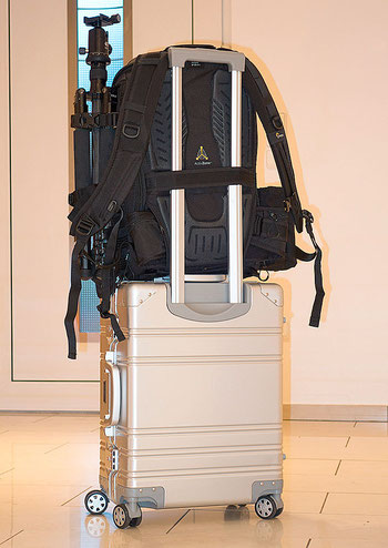 Huckepack auf dem Rollenkoffer mitfahren: LowePro ProTactic 450 AW II. Copyright 2020 by bonnescape.de