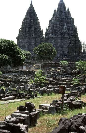 Blick auf den Lara Jonggrang Tempelkomplex bei Prambanan, Yogyakarta. Nikon F4. Foto: bonnescape 1993