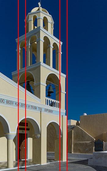 Architekturfotografie der Kirche von Oia auf Santorini mit Hilfslinien. Die völlige Entzerrung der stürzenden Linien mit Photoshop erzeugt einen unnatürlichen Effekt. Aufnahme mit LEICA M9 und Biogon ZM 2/35 mm. Copyright 2012 by Klaus Schoerner